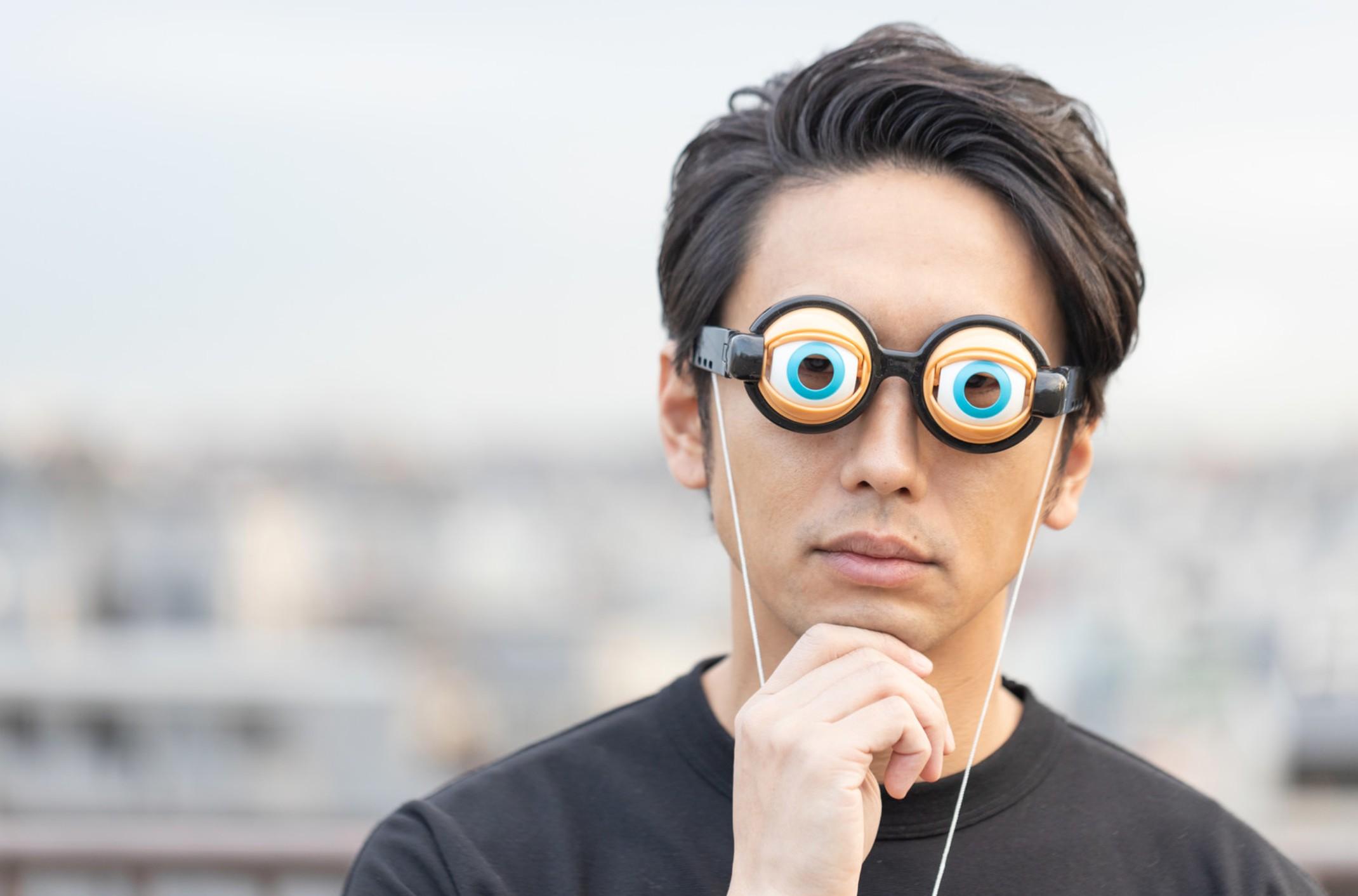 面白メガネをかけている男性
